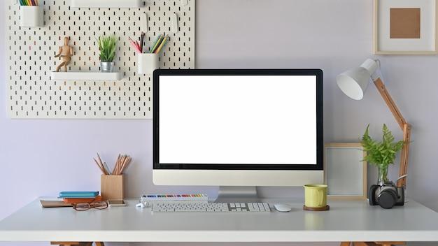 Biurko, nowoczesny laptop makieta przestrzeni roboczej z pustym ekranem i materiałami biurowymi.
