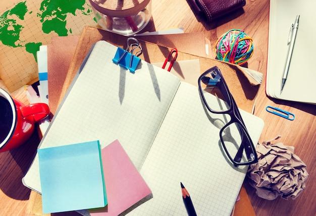 Biurko projektanta z narzędziami architektonicznymi i notatnikiem