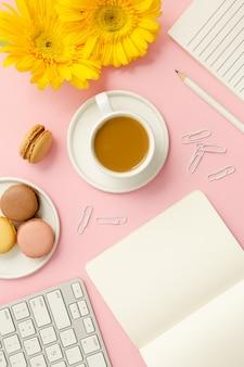 Biurko różowy kobieta pracująca