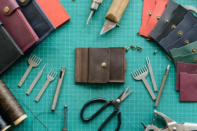 Biurko rzemieślnika. skórzane narzędzia robocze na stole roboczym