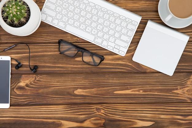 Biurko stół z drewna biznesowego miejsca pracy i obiektów biznesowych, planowanie biznesowe koncepcji i tło kierunku
