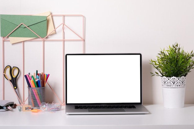 Biurko szkolne w nowoczesnym stylu z laptopem na białym tle. edukacja domowa. nowoczesny wystrój. makieta.