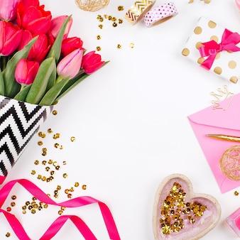 Biurko w różowo-złotym stylu z kwiatami