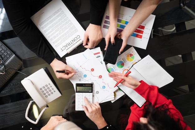Biurko z dokumentami i widok z góry kalkulatora
