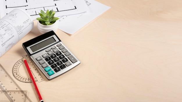 Biurko z dużym kątem i planami