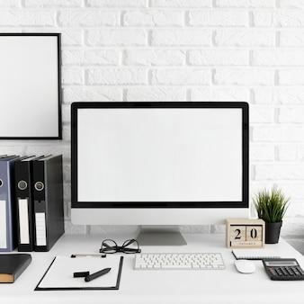 Biurko z ekranem komputera i klawiaturą