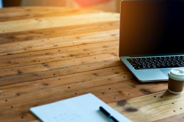 Biurko z komputerem i notatnikiem na biurku. biznesowy pojęcie z kopii przestrzenią.