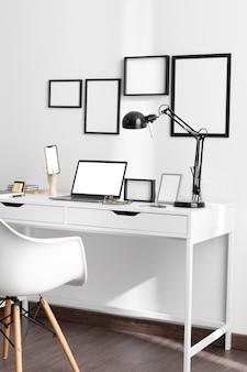Biurko z krzesłem i lampą