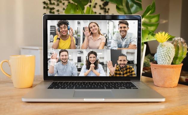 Biurko z laptopem korzystające z usługi czatu wideo online w miejscu pracy
