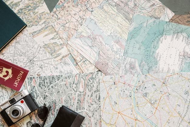 Biurko z mapami i artykułami turystycznymi
