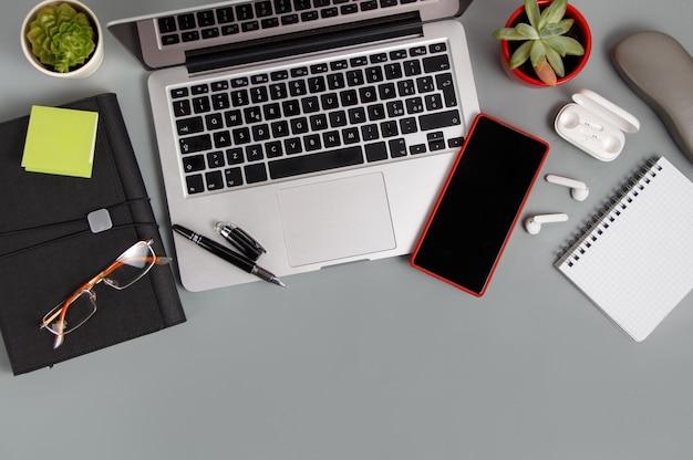 Biurko z nowoczesnymi gadżetami na szarym widoku z blatu