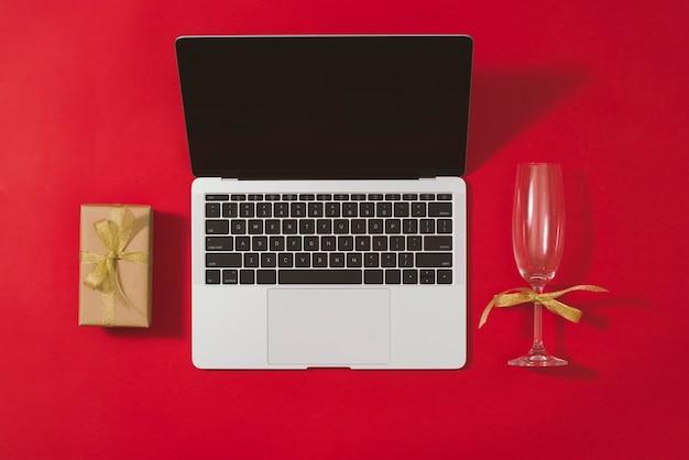 Biurko z płaskim blatem, widok z góry. miejsce do pracy z laptopem i ozdobami świątecznymi