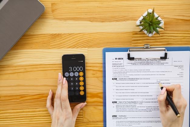 Biurko z różnymi gadżetami i artykułami biurowymi