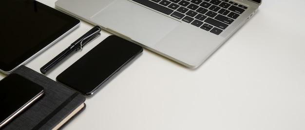 Biurko z urządzeniami cyfrowymi, piórem, książką harmonogramów i miejscem do kopiowania