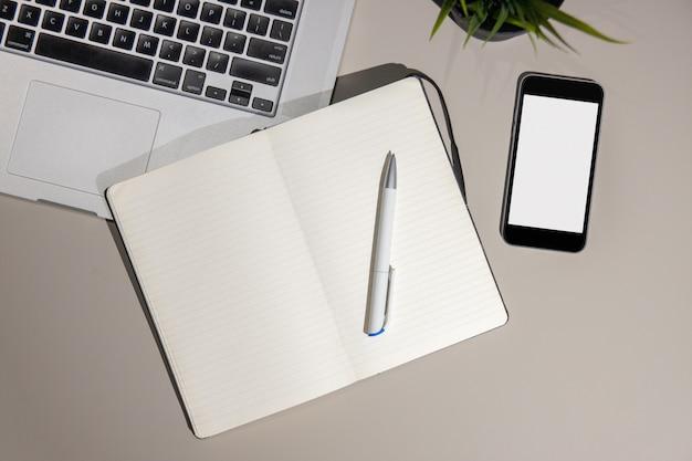 Biurko z urządzeniami i materiałami eksploatacyjnymi