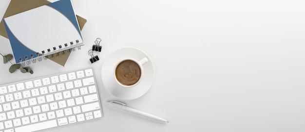Biurko z widokiem z góry. obszar roboczy z pustym, biurowym, ołówkiem, zielonym liściem i filiżanką kawy na białym tle. transparent. skopiuj miejsce swojego tekstu.