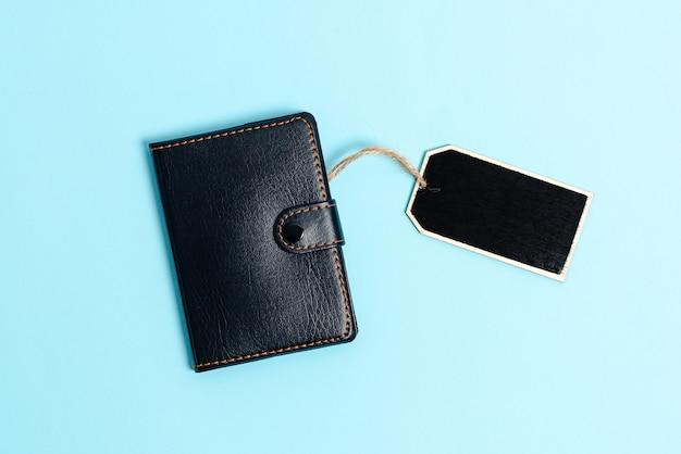 Biurko ze skórzanym portfelem na smartfona okulary notatnik. nowoczesny technologiczny telefon komórkowy