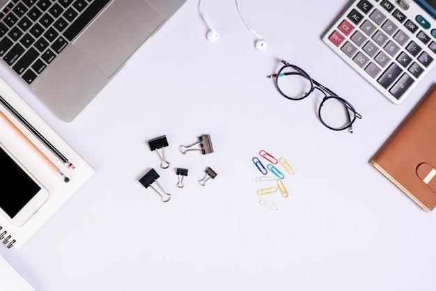 Biurko ze stołem biurowym, leżące płasko. tło obszaru roboczego