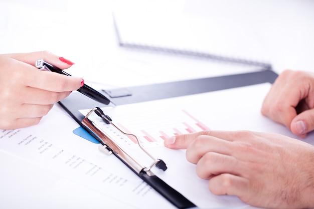 Biurko ze szczegółami procesu pracy