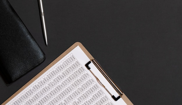 Biurkowy skórzany stół biurowy z kawą i zapasami. widok z góry z miejscem na kopię