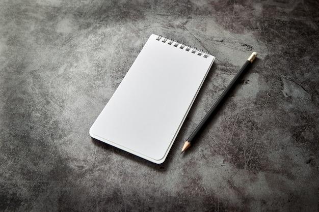 Biuro biurko pusta książka notatki i ołówek