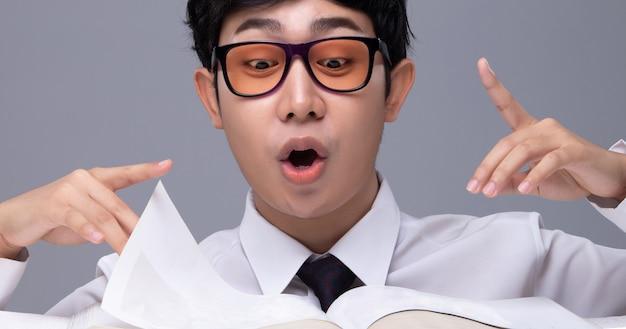 Biuro biznes człowiek w okularach czuje się dobrze i czyta