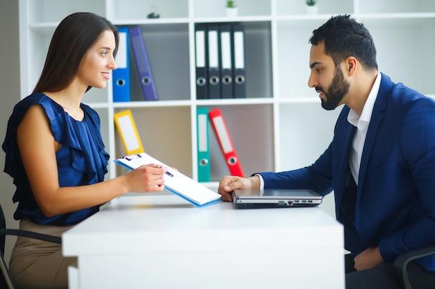 Biuro biznes kobieta i biznes człowiek prowadzi rozmowy