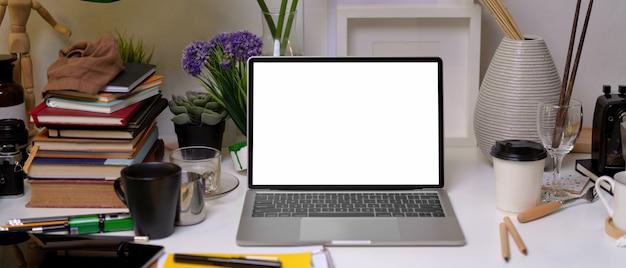 Biuro domowe z laptopem i materiałami biurowymi