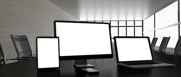 Biuro firmy z dużym stołem i urządzeniami elektronicznymi