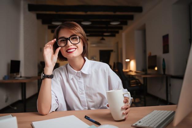 Biuro kobieta patrząc w kamerę. model w okularach