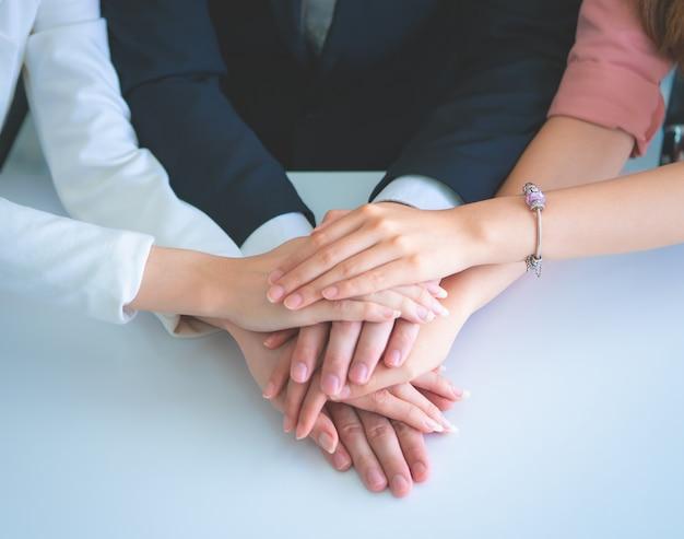 Biuro ludzie łącząc rękę dla koncepcji sukcesu zespołu biznesowego