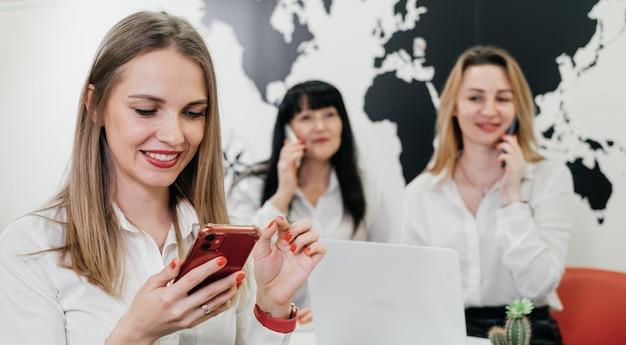 Biuro podróży pracujące online w biurze rezerwacja wycieczki lub wycieczki