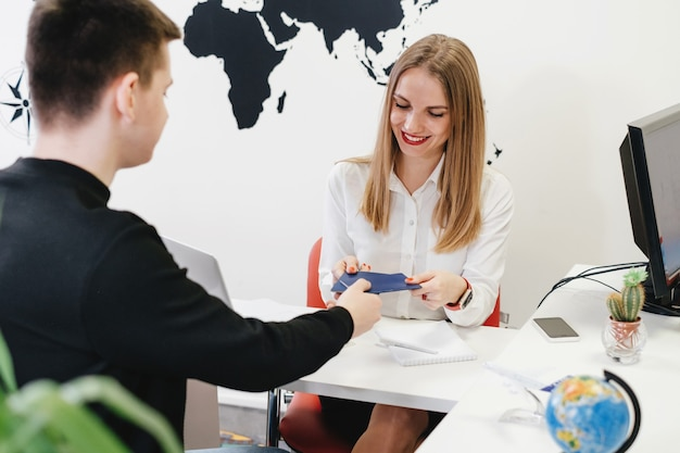 Biuro podróży współpracujące z klientem w lekkim, nowoczesnym biurze biura podróży