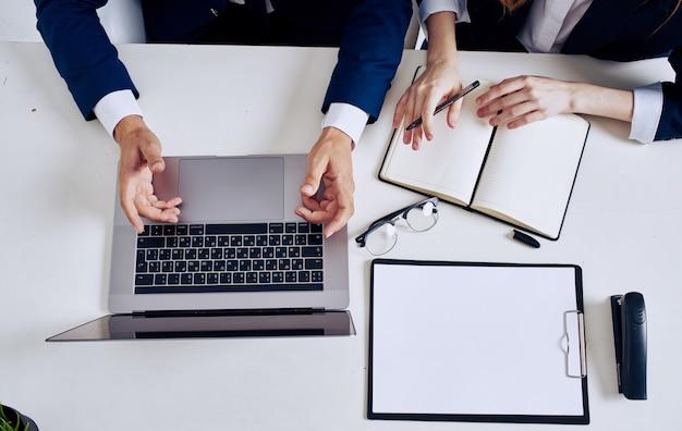 Biuro pracy dokumenty biznesowe laptop notebook okulary.