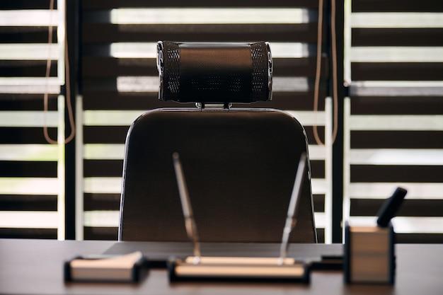 Biuro pracy firmy. miejsce pracy dla szefa, szefa lub innych pracowników. stół i wygodne krzesło.