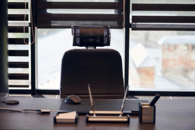 Biuro pracy firmy. światło słoneczne w miejscu pracy dla szefa, szefa lub innych pracowników. stół i wygodne krzesło.
