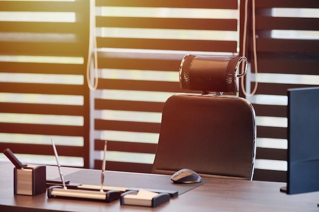 Biuro pracy firmy. światło słoneczne w miejscu pracy dla szefa, szefa lub innych pracowników.