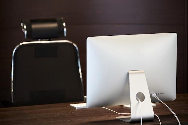 Biuro pracy. nowoczesne miejsce pracy dla projektanta. minimalna powierzchnia pulpitu do produktywnej pracy nowego pracownika