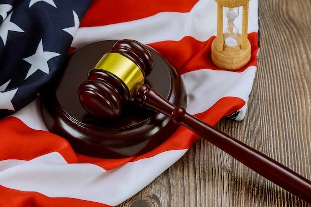 Biuro prawników młotek sprawiedliwości symbol symbol prawa z klepsydry na fladze stanów zjednoczonych