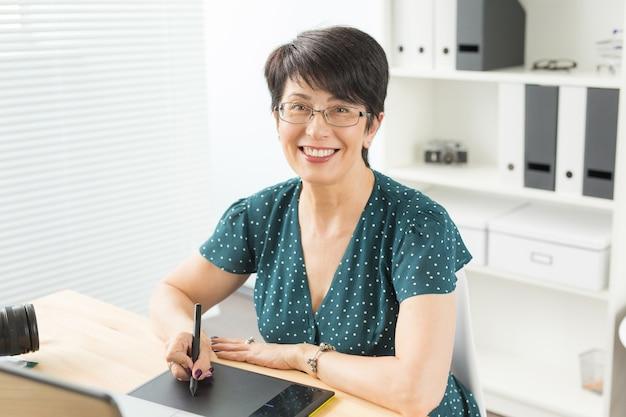 Biuro, projektant graficzny koncepcja - biznes kobieta ręce trzymając cyfrowy tablet, rysunek szkic