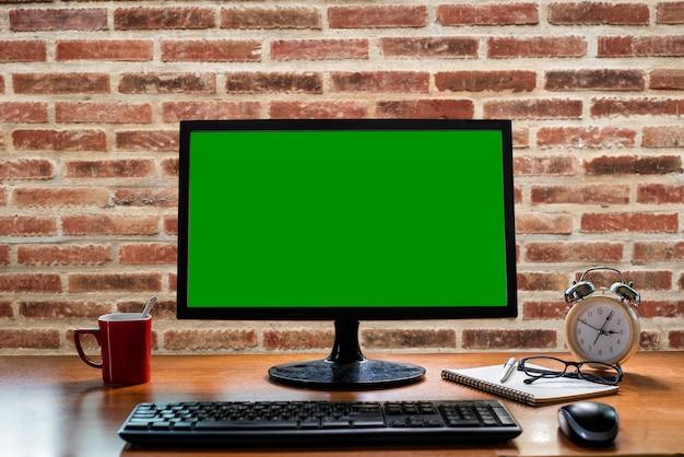Biuro stół na ściana z cegieł tle