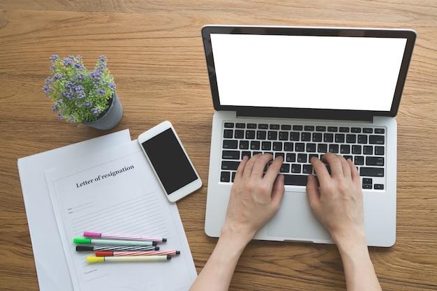 Biuro stół z ludzką ręką pisać na maszynie na notatniku