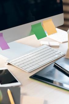 Biuro stół z smartphone i dostawami zamkniętymi up, biurowy wnętrze