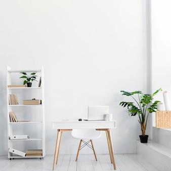 Biuro w stylu nordyckim z biurkiem i krzesłem