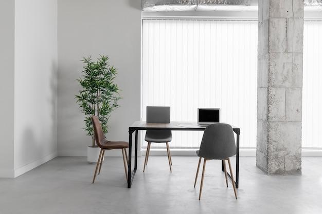 Biuro z krzesłami i stołem