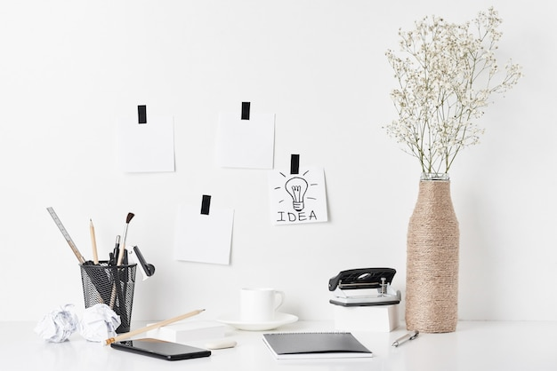 Biurowe dostawy i ścienny zegar na bielu