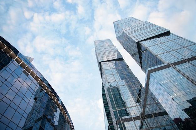 Biurowe i mieszkalne drapacze chmur na tle błękitnego nieba. nieruchomość komercyjna. nowoczesna dzielnica biznesowa. na zewnątrz budynków biurowych.