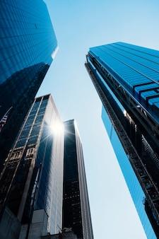 Biurowe lustrzane wysokie budynki