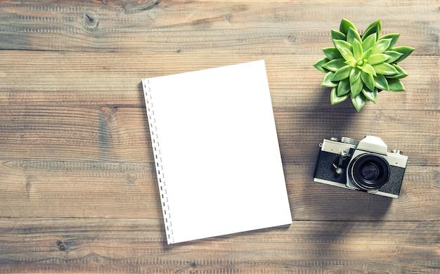 Biurowe miejsce pracy mieszkanie leżał papierowy aparat fotograficzny soczysty rocznik