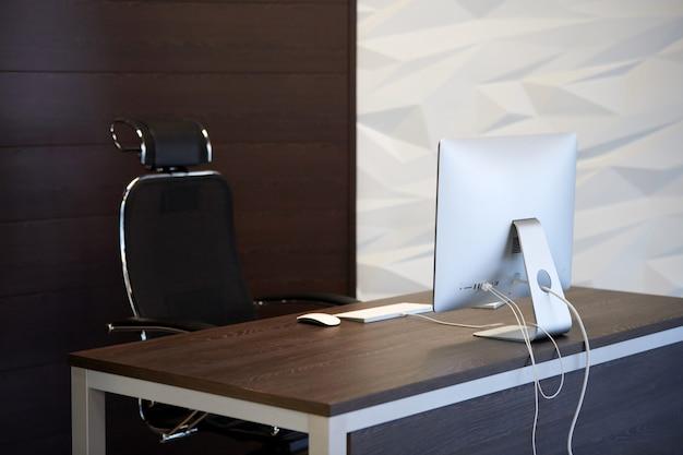 Biurowe miejsce pracy. nowoczesne miejsce pracy dla projektanta. minimalna powierzchnia pulpitu dla produktywnej pracy nowego pracownika